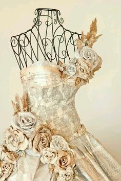 Newspaper dress with paper flowers Mannequin Art, Dress Form Mannequin, Book Crafts, Paper Crafts, Paper Clothes, Paper Dresses, Barbie Clothes, Paper Dress Art, Recycled Dress