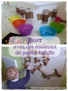 Un jeu avec des rouleaux de papier toilette : simple, rapide à mettre en place et évolutif. De quoi occuper facilement les enfants pendant un moment.