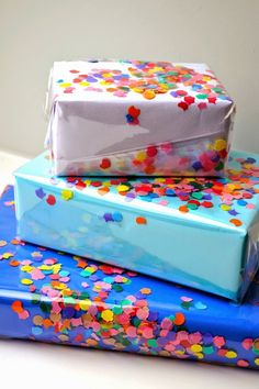 Diy Gift Crafts – DIY Confetti Wrapping Paper DIY birthday - Birthday Presents Diy Confetti, Paper Confetti, Creative Gift Wrapping, Creative Gifts, Gift Wrapping Ideas For Birthdays, Wrapping Gifts, Paper Gifts, Diy Paper, Kraft Paper