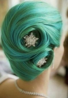 I love this. People are always like, if u dye ur hair weird colors, you cant make it look good for 'fancy' ocasasoins. Well she did.: