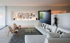Wohnzimmer Wohnwand Design Holz Stühle weißes Sofa Set