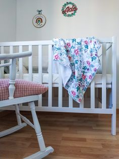 Arrullo Wild Roses | Pimienta y Purpurina Cribs, Toddler Bed, Furniture, Home Decor, Glitter, Color Coordination, Towels, Bed Covers, Cots