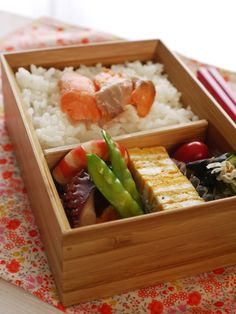 No need for plastic wrap when you use a bento box to carry your lunch. Use it again and again