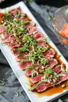Beef tataki is one of those dishes you use as a starter to impress your boss. It looks gorgeous and tastes amazing. This dish has the appearance of being complicated and difficult – while being neither! Dairy Free Recipes, Meat Recipes, Asian Recipes, Appetizer Recipes, Cooking Recipes, Healthy Recipes, Beef Tataki, Rind, Carne