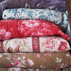 #tissusanciens #fleurs #toiledejouy #florals #frenchantiquetextiles #antiquetextiles #toile couvertures piquées:j'aime les piles ))