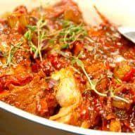 En af de opskrifter, som jeg er mest glad for, er denne på italiensk kødgryde med himmelsk sauce. En fantastisk simreret, som du skal prøve. Italiensk kødgryde med himmelsk sauce laves med fedtmarmoreret svinekød. Brug nakkefilet Her har jeg anvendt svinekoteletter, der er skåret af nakkefilet, og det vigtigt at kødet er godt marmoreret, da... Se mere Hele opskriften Italiensk kødgryde med himmelsk sauce kan ses her Madens Verden. Lab, Curry, Food And Drink, Soup, Diet, Chicken, Ethnic Recipes, Health, Instant Pot