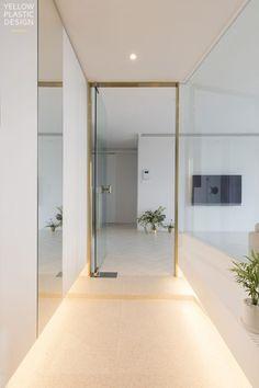 위치 : 서울시 중구 신당동 남산타운 주거 형태 : 아파트 면적 : 106㎡ (33평) 가족 구성 : 부부 + 딸(4살)... Door Design, House Design, Interior Architecture, Interior Design, House Entrance, Apartment Interior, Downlights, Foyer, Home Goods