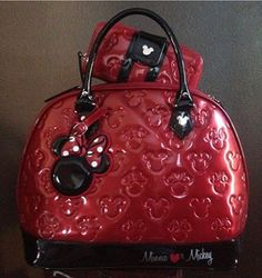 Disney purse, oh good lord i need this! Mickey Love, Mickey And Friends, Mickey Minnie Mouse, Disney Inspired Outfits, Disney Outfits, Disney Style, Disney Fashion, Disney Handbags, Disney Purse