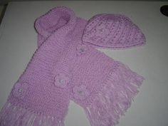 """Conjunto   de echarpe e boina """"casquete"""" na cor lilás, confeccionado em croche com detalhes na touca e echarpe  em trico, com rosinhas em croche e botôes com brilho de strass,franjas nas extremidades da echarpe.Muito lindo e delicado. R$ 65,00  www,elo7.com.br/kchic"""