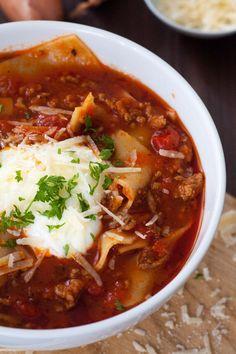 //Die Lasagne-Suppe ist extrakäsig, würzig und vollgepackt mit typischen Lasagne-Zutaten. Dazu schnell und einfach, perfekt - kochkarussell.com