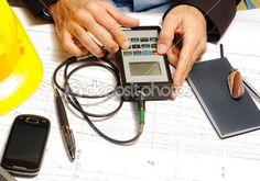 ispettore techincal con dispositivo elettronico microtest — Immagine Stock #19374223
