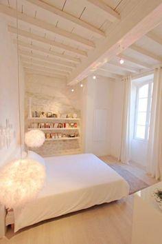 Location vacances maison Arles: grande chambre romantique avec bibliothèque.