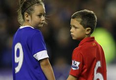 The two children dressed respectively in Everton and Liverpool colors. Usually, the two clubs are enemies, but here marks unity. In respect for the victims of the Hillsborough disaster 27
