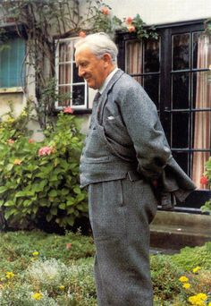 The man himself, J. Tolkien stoneofthehapless: The man himself, J. Tolkien Fun Facts: Tolkien met his wife, Edith Mary Bratt, after moving into th. Bournemouth, Narnia, E Dublin, J. R. R. Tolkien, Tolkien Quotes, O Hobbit, Hobbit Land, Into The West, Writers And Poets