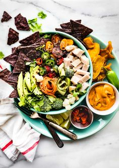 Utilize leftover turkey and vegetables with these quick and wholesome loaded salad bowls! Quinoa Chickpea Salad, Superfood Salad, Vegetable Quinoa, Healthy Salad Recipes, Healthy Snacks, Healthy Eating, Protein Salat, Nacho Salat, High Protein Salads