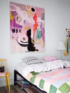 quarto: cadeira como criado | cabideiro Eames | cama sem cabeceira | espaço sob a cama aproveitado