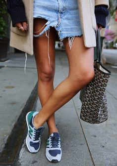 denim shorts and new balance sneakers. New Balance Herren Sneaker, Tenis New Balance, New Balance Damen, Sporty Chic, Casual Chic, Athleisure, Fitness Style, Fitness Goals, Fitness Tips