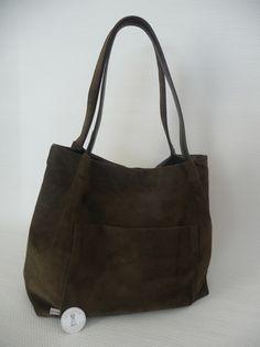 Leren schoudertas gemaakt van leer van onze oude bank, 1 zijde met de glade kant naar bijten en 1 met de binnenkant naar buiten.