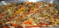 2 berinjelas médias c/casca cortadas em tiras  - 1 cebola em tiras  - 1/2 pimentão de cada ( vermelho, verde e amarelo )  em   tiras  - 2 dentes de alho socados  - 1/2 xícara de chá de azeitonas pretas picadas  - 3 colheres de sopa de vinagre   - 1 colher de chá de  molho de pimenta  - 5 colheres de sopa de azeite  - sal, pimenta do reino e orégano à gôsto.