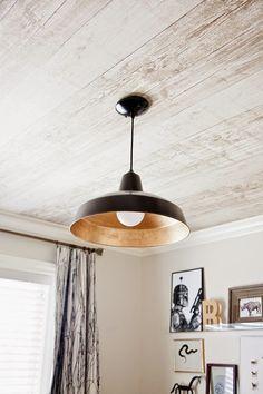 Por essa você não esperava, né? O papel dessa imagem imita madeira. Achamos outros usos supercriativos pro bom e velho papel de parede. Que tal redecorar?