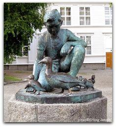 Gutten og andemor  1953. Kunstner: Erik Haugland. Sted: Byparken ved Kongsgård skole. Bekostet av: Bertha Berg f. Randulffs legat.
