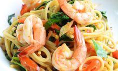 Het thailändsk wok med pasta och jätteräkor. Kan kännas lite som en cross-over men det är i själva verket ett underbart giftermål.
