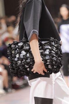 Kenzo at Paris Fashion Week Spring 2014 - Details Runway Photos Fashion Moda, Look Fashion, Fashion Bags, Fashion Accessories, Paris Fashion, Fashion Trends, Fashion Handbags, Unique Handbags, Cheap Handbags