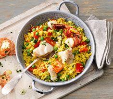 Paella gibt gar nicht so viel zu tun, wie viele meinen: Diese Variante mit Fischfilets ist in 35 Minuten genussbereit.