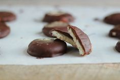 Homemade Peppermint Patties 17 Homemade Candy Bar Recipes You Never Knew You Needed Homemade Peppermint Patties, Homemade Candies, Candy Recipes, Bar Recipes, Paleo Recipes, Recipies, Dessert Recipes, Yummy Treats, Sweet Treats