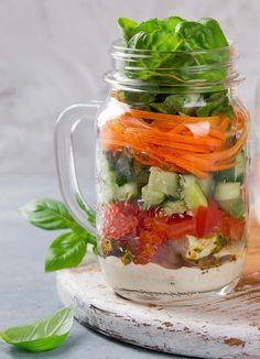 Divide y guarda tus ensaladas de la semana en frascos de vidrio para conservar tu comida totalmente fresca.