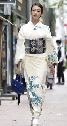 dummy-kanji (vía Kimono fashion from Kimono Style Book Pub. Kimono Yukata, Moda Kimono, Kimono Dress, Kimono Style, Japanese Outfits, Japanese Fashion, Traditional Japanese Kimono, Kimono Design, Japanese Costume