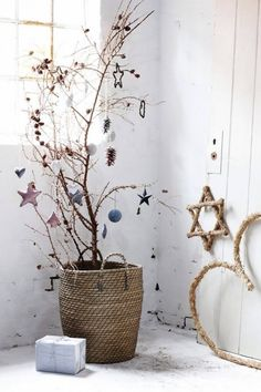 sapin alternatif scandinave en branches décorées de suspensions aux couleurs pastel