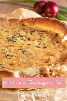 Eine Quiche mit einem Mürbeteig indem Käse eingearbeitet ist und eine tolle Füllung mit Frühlingszwiebeln und Kartoffeln. Was will man mehr? Ich weiß es! Den Rand der Quiche. Durch den Käse ist er schön herzhaft und knackig. Sie schmeckt warm und kalt mega lecker. Schau Dir das Rezept an. #silkeswelt #tarte #herzhaft