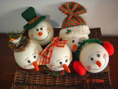 christmas ideas for decorating vii Christmas Projects, Holiday Crafts, Christmas Holidays, Christmas Bulbs, Snowman Decorations, Christmas Decorations, Wire Crafts, Decor Crafts, Polymer Clay Ornaments