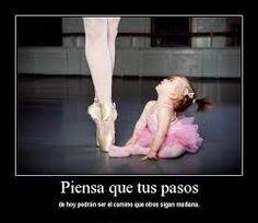 Bailarina pequeña mirando a bailarina