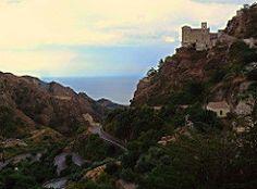 Savoca (ME) - La Chiesa di Santa Lucia affacciata sul mare in un paesaggio tipico della Val d'Agrò, caratterizzato da strette e tortuose vallate che digradano bruscamente in mare | da Lorenzo Sturiale