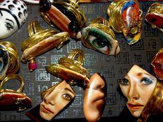 Jewelry NF by Nelia Ferreira Joyas únicas pintadas a mano, sobre porcelana. Para mi las joyas es una extensión de lo que Pinto habitualmente,  Para que una joya sea arte, debe igual tener una emoción, contar una historia, así comienza todo, imagino flores, piedras preciosas, mujeres soñadoras, el cine con artistas de la época que son inmortales, todo eso juega un papel importante a la hora de hacer los bocetos, imaginación un sueño... Las joyas siempre están presentes en la vida de una…