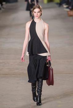 Модный дом Boss ассоциируется не столько собственно с модой, сколько с пошивом костюмов, и преимущественно мужских — максимально минималистичных, без всяких украшательств и эмоций. При этом идеально скроенных. Это качество, в ДНК марки