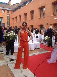 Eva González - Blog 'Las Tentaciones de Eva' 2012/2013 Look de ROBERTO TORRETA. (en MasterChef). Zapato de salon negro con el tacón fuxia de ZARA.  http://las-tentaciones-de-eva.blogs.elle.es/2013/04/19/va-de-monos/