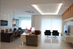 A Sala com Piso em Granito Nanoglass e Cortinas Automatizadas possui 3 Ambientes Confortáveis e Aconchegantes todos com Vista Panorâmica. Finamente Mobiliados e Decorados.