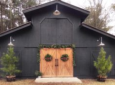 Silver barn lights accent a black barn from Ivory Home Design. Silver barn lights accent a black barn from Ivory Home Design. Barn House Plans, Barn Plans, Modern Barn, Modern Farmhouse, Casas California, Barn Light Electric, Barn Shop, Outdoor Barn Lighting, Gooseneck Lighting Outdoor