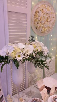 A menta kékes árnyalata  visszaköszön a virágkompozíciókban is. Mivel a fehér virág a fehér háttérből csak egy közbeiktatott szín által tud kitűnni, ezért a ruszkusz mellé eukapiltusz levelek is kerültek, hogy hamvasítsák az összhatást.