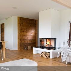 Für behagliche Winterabende ist dieser offene Kamin ideal. Vom Sofa aus kann man die hinter Glas verborgenen Flammen beobachten und die Wärme genießen. Die …