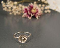 zart stapelbar Ring in einer Blütenform Design aus Sterling Silber. Sie können diesen Ring allein tragen oder stapeln Sie es zusammen mit anderen stap
