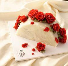 사랑하는 수강생 지현님의 씽크빅이 돋보였던 반달케이크의 재해석 ! Rose semicircular buttercream cake Done…