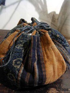 【ギャラリー啓】-古布・古民芸- An Exhibition of Patchwork Rice Bags April 2009 This is an exhibition of old (probably, years ago) patchwork bags. Japanese Patchwork, Japanese Bag, Japanese Textiles, Patchwork Bags, Japanese Rice, Vintage Japanese, Boro, Ethnic Bag, Rice Bags