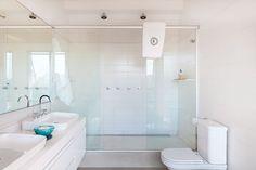 Decoração de apartamento moderno, escandinavo, branco. No banheiro, lavabo, branco duas cubas e espelho.