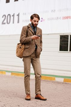 Seoul, Korea  October 21, 2011  Jeremy 25 Shop Owner  Jacket : RRL, Shirts : Ralph Lauren, Pants : E6, Shoes : Nettlon, Bag : filson, Tie : LUCIANO