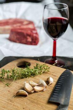 Ingredienti per la marinatura di vino rosso per cuocere la carne al barbecue.