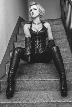 Baroness Davina Dust in München Galerie mit BDSM Fetisch Galerie Sexy Boots, Sexy Heels, High Boots, Knee Boots, Black Leather Gloves, Leather Pants, Latex, Dominatrix, Powerful Women